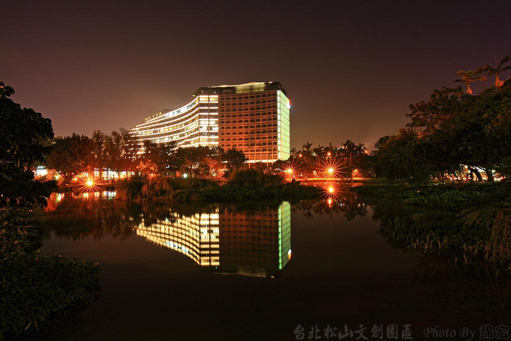 台北松山文創園區 夜晚倒影之美